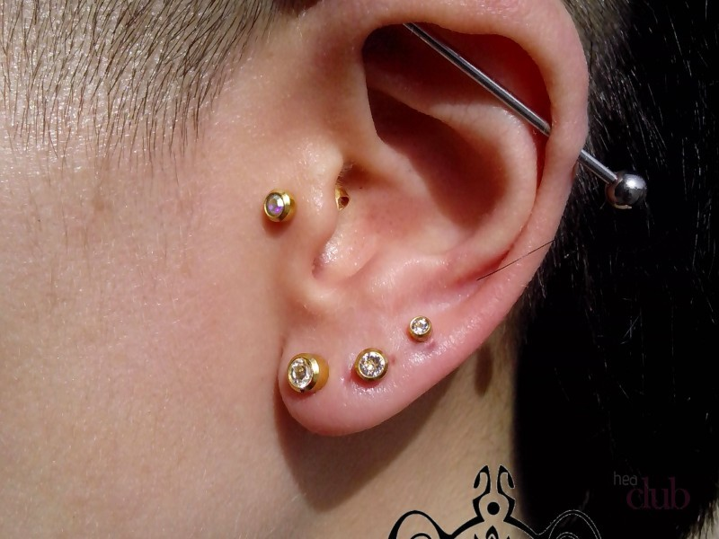 Пирсингом ушей именуется любой прокол тканей ушной раковины.