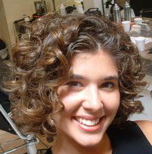 Curly frisyr med lockar för kort hår. Hur man gör curls på kort hår ... fc5df48fbf9b6