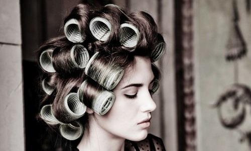 Cómo hacer rizos ondulados en cabello mediano. Cómo enrollar el ... 1f85cb48b35f