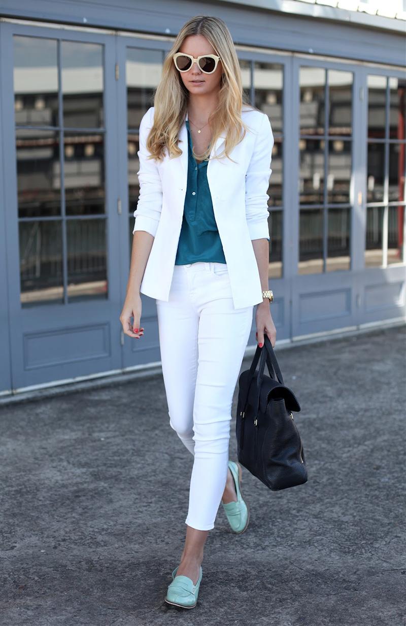 cfd358422 تبدو أكثر طازجة ورومانسية ، تستحق التقاط سترة بيضاء. اختيار رائع سيكون  مزيجاً من هذا الثوب مع بنطلون أبيض. لا تبدو أقل نجاحا في شكل الجينز البيج.