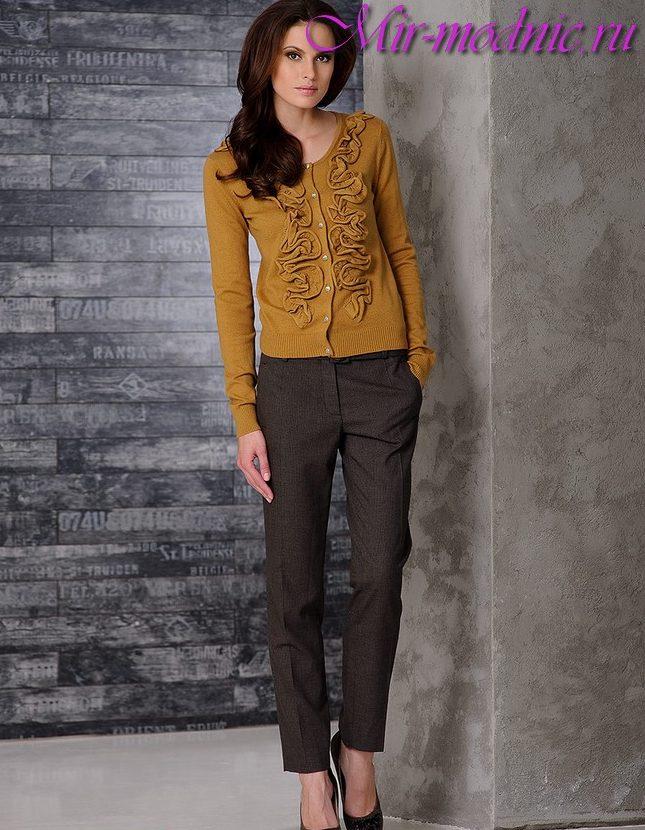 3a45ec0e4c2a Spojenie skrátených nohavíc so šípkami je lepšie s blúzkou košeľu a topánky  s podpätkami