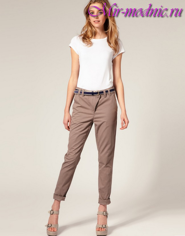 77a5f07db9e6 Na výlet mimo mesta alebo stretnutie s priateľmi sú skutočné skrátené  nohavice svetlých farieb. Módnym trendom sú krátke nohavice