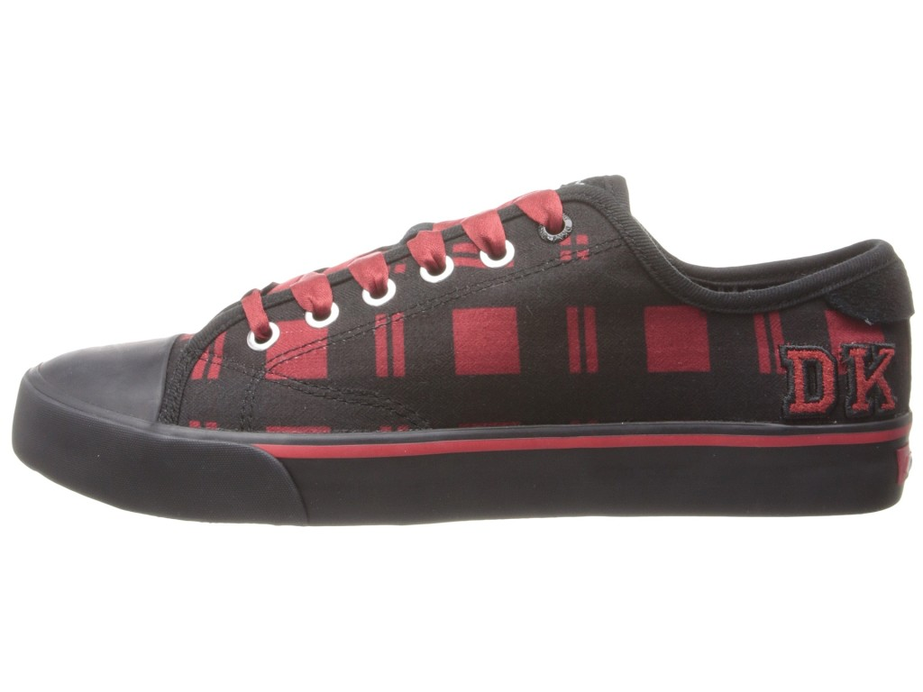 d6c93afee الأحذية مع ظلال النيون على منصة عالية مع خطوط ملونة يسر أتباع النمط الحضري  ، وجلبت أفكار جديدة حول توليفة مع الملابس.